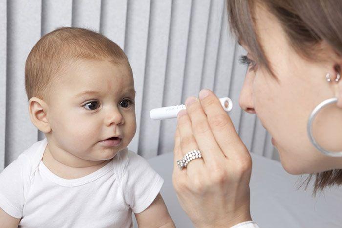 Малыш на консультации у офтальмолога