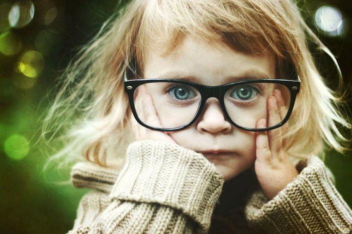 девочка в больших очках