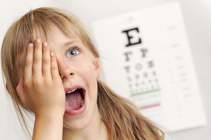 Диагностика зрения у девочки