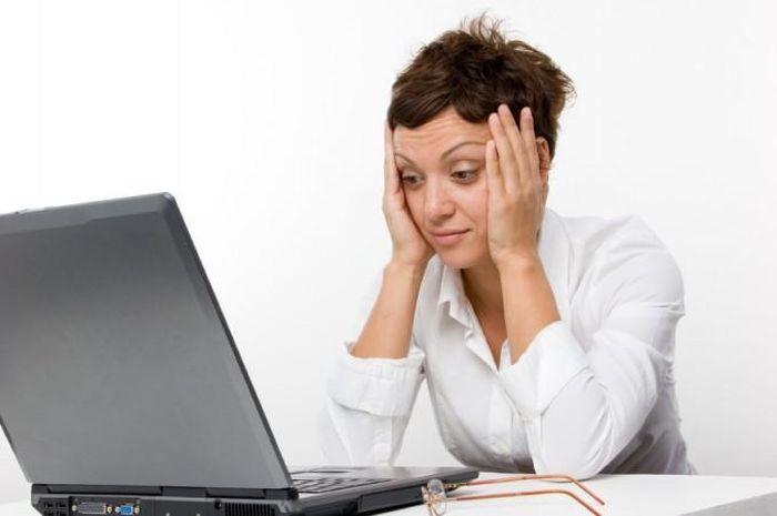 Девушка работающая за компьютером