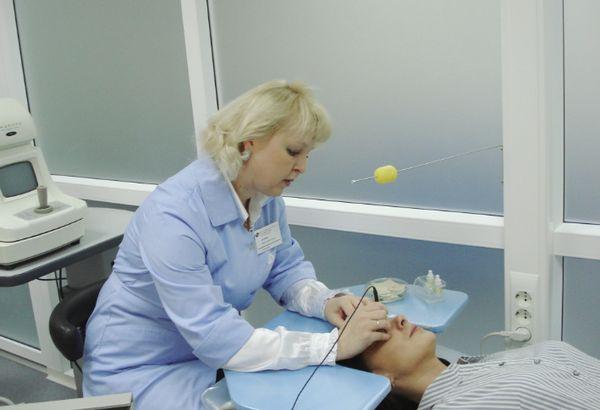 Пациент после операции на глаза