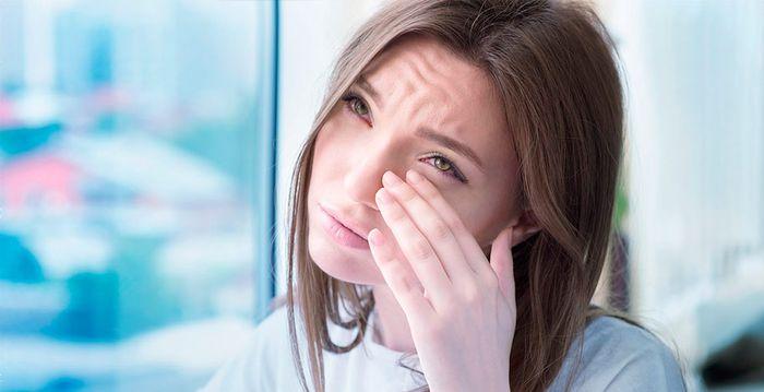 Заболевание глаз у девушки