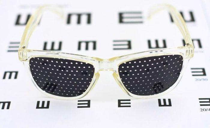 Очки с дырочками для улучшения зрения