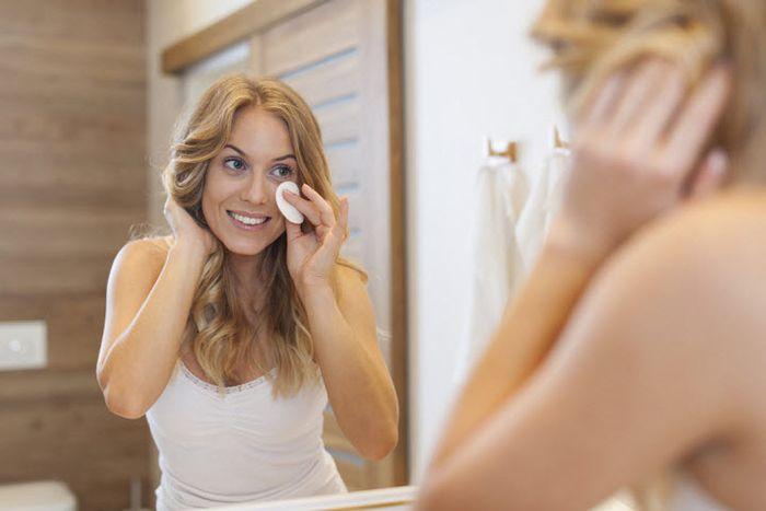 Девушка смотрящая в зеркало