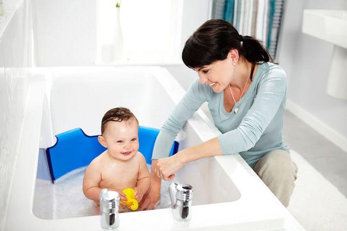 Мытье малыша в ванной