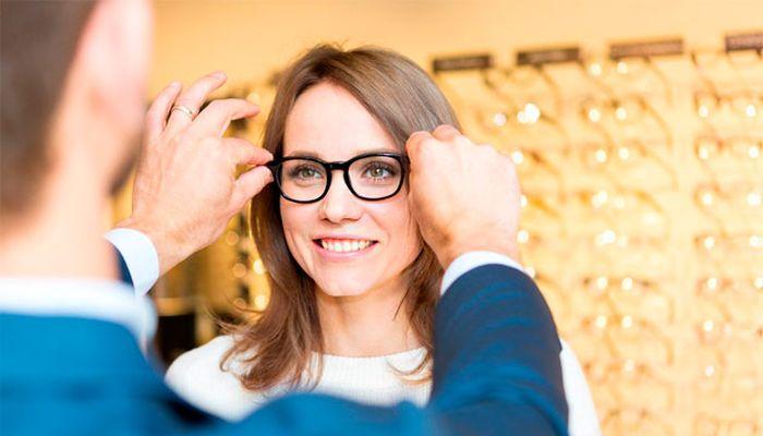 Девушка примеряет очки для зрения