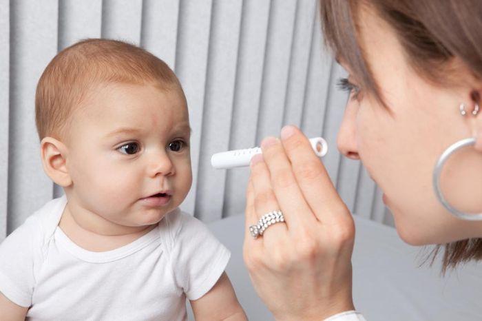 Осмотр глаз новорожденного ребенка