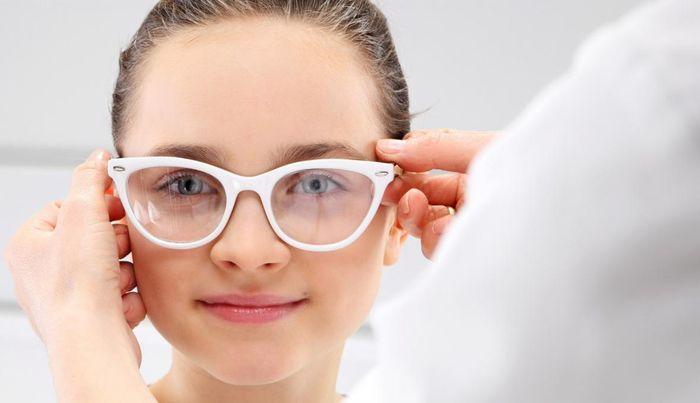 Девочка в очках для зрения