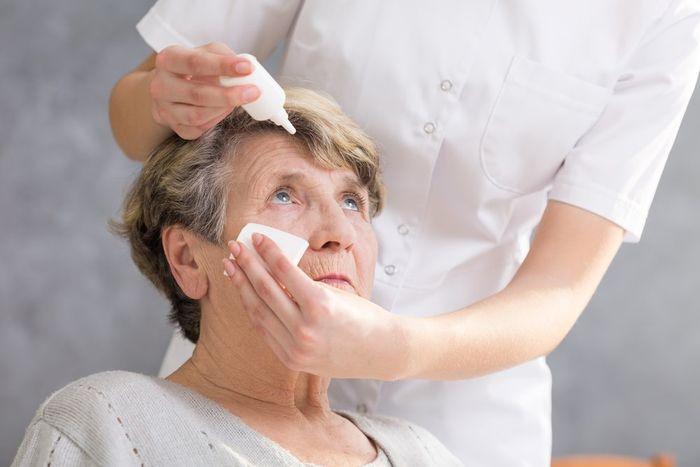 Пожилой человек с глаукомой