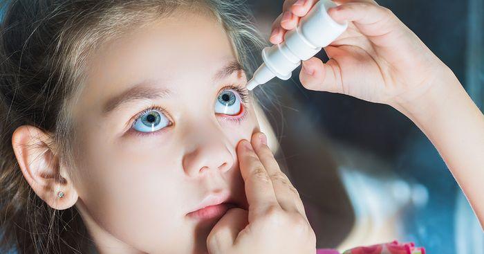 Применение глазных капель для ребенка