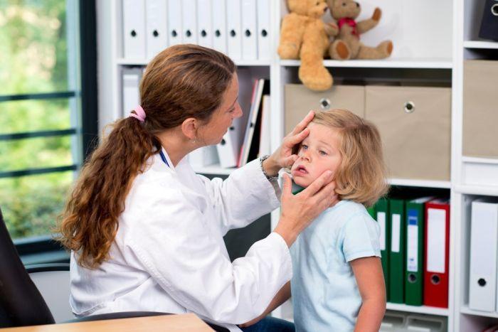 Доктор осматривает глаза ребенка