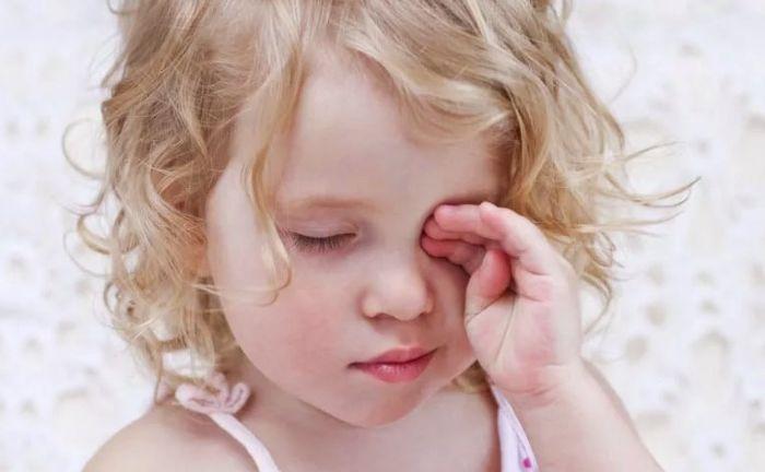 Девочка чешет глаза