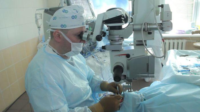 Лазерный хирург офтальмолог проводит кератопластику