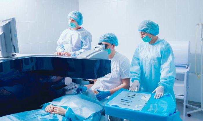 Проведение лазерной экстракции катаракты