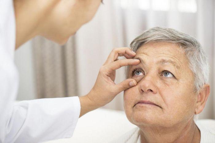 Окулист осматривает пациента