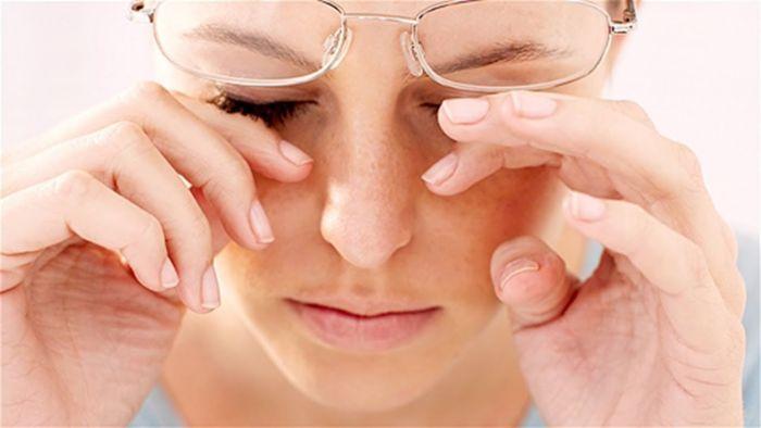 Девушка в очках при коньюктивите
