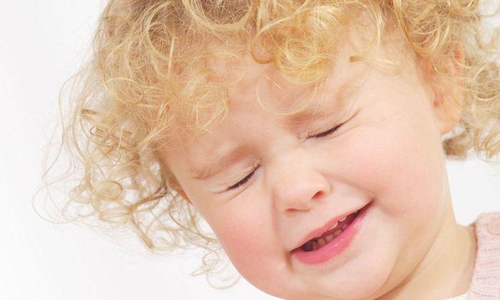 Ребенок с зажмуренными глазами