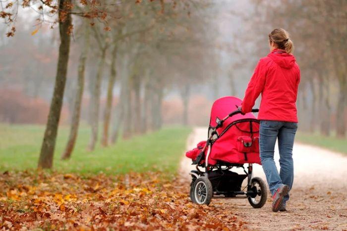 Мама с ребенком на прогулке в парке