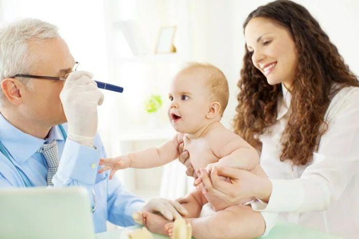 Осмотр грудного ребёнка офтальмологом