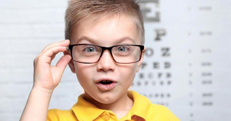 Мальчик в очках для зрения