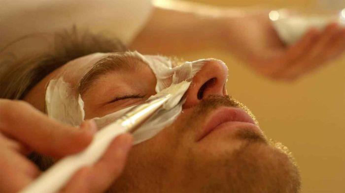 Мужчина у косметолога