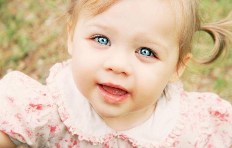 Голубоглазая маленькая девочка