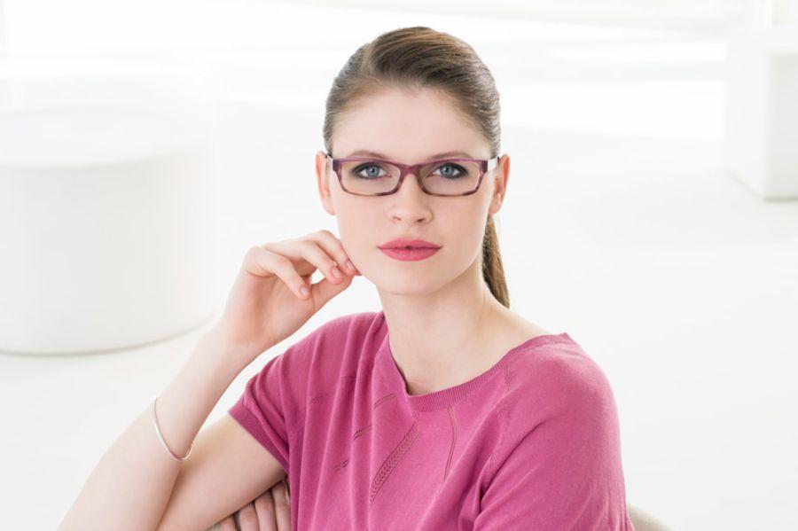 Молодая девушка в очках
