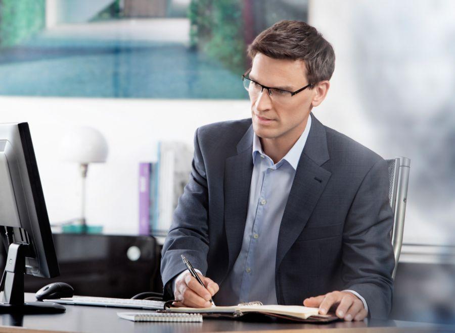 Офисный сотрудник в очках