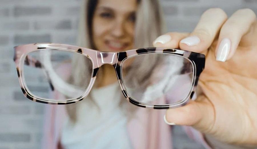 Девушка с очками