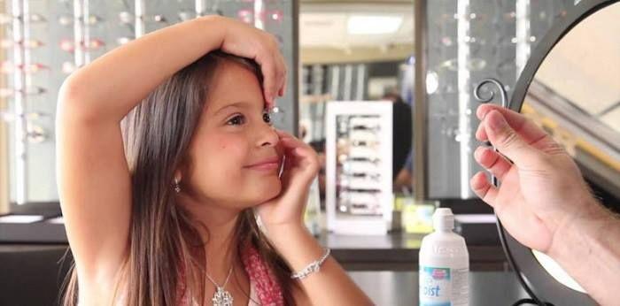 Девочка примеряет линзы