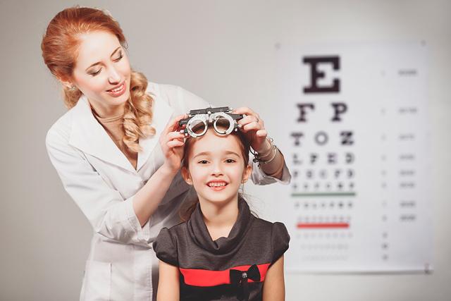 Девочка у офтальмолога